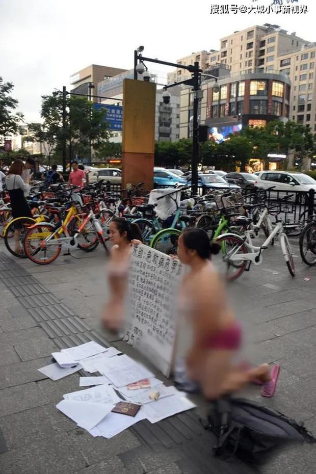 Hai người phụ nữ mặc đồ lót rồi quỳ gối trên đường để xin tiền khiến MXH chia phe tranh cãi vì câu chuyện phía sau - Ảnh 2.