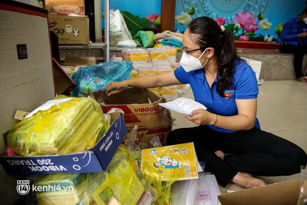 Ảnh, clip: Đội shipper tình nguyện len lỏi vào từng con hẻm, giao sách miễn phí đến tận tay học sinh ở TP.HCM - Ảnh 6.