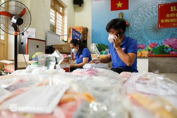 Ảnh, clip: Đội shipper tình nguyện len lỏi vào từng con hẻm, giao sách miễn phí đến tận tay học sinh ở TP.HCM - Ảnh 5.