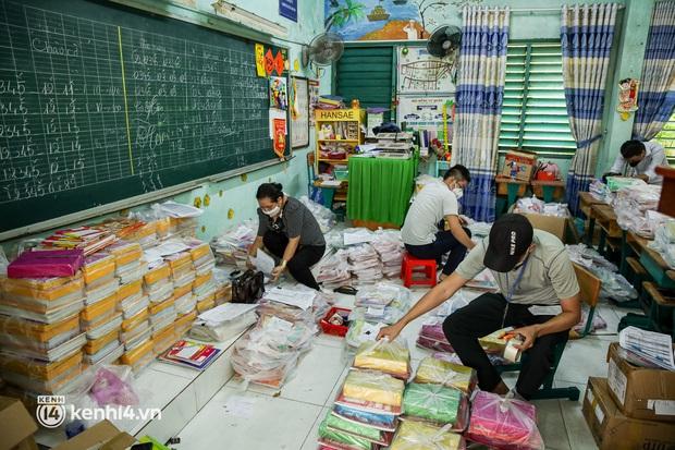 Ảnh, clip: Đội shipper tình nguyện len lỏi vào từng con hẻm, giao sách miễn phí đến tận tay học sinh ở TP.HCM - Ảnh 4.