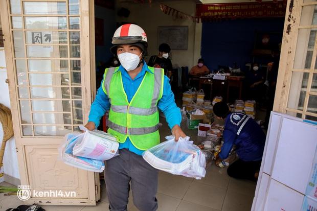 Ảnh, clip: Đội shipper tình nguyện len lỏi vào từng con hẻm, giao sách miễn phí đến tận tay học sinh ở TP.HCM - Ảnh 10.