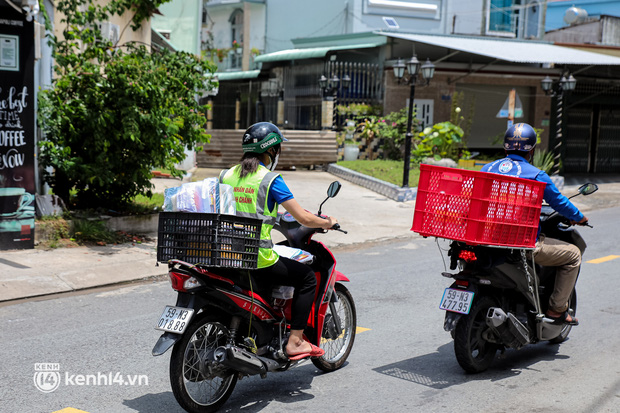 Ảnh, clip: Đội shipper tình nguyện len lỏi vào từng con hẻm, giao sách miễn phí đến tận tay học sinh ở TP.HCM - Ảnh 11.