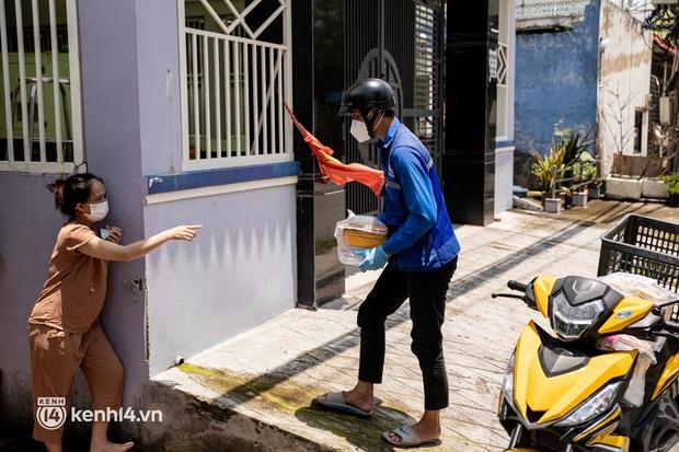Ảnh, clip: Đội shipper tình nguyện len lỏi vào từng con hẻm, giao sách miễn phí đến tận tay học sinh ở TP.HCM - Ảnh 14.
