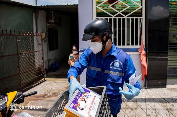 Ảnh, clip: Đội shipper tình nguyện len lỏi vào từng con hẻm, giao sách miễn phí đến tận tay học sinh ở TP.HCM - Ảnh 13.