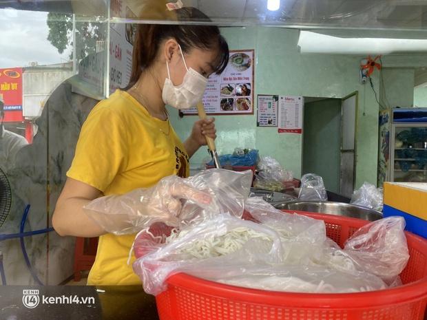 Nhiều quán ăn uống ở Sài Gòn cùng mở bán trở lại: Bún bò bán 300 tô/ngày, shipper xếp hàng mua trà sữa - Ảnh 3.