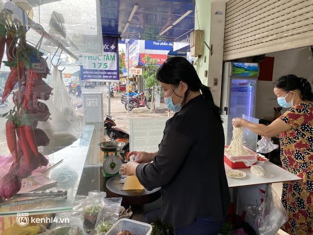 Nhiều quán ăn uống ở Sài Gòn cùng mở bán trở lại: Bún bò bán 300 tô/ngày, shipper xếp hàng mua trà sữa - Ảnh 1.