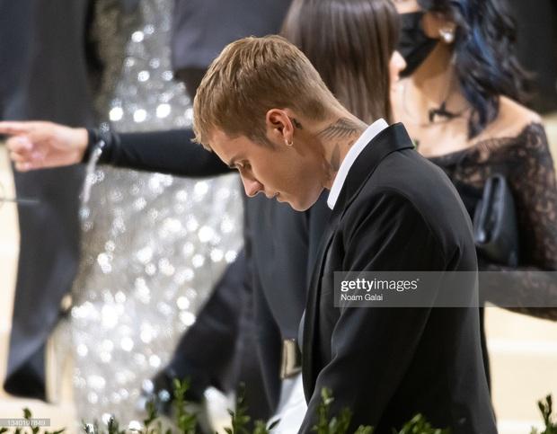 Clip tranh cãi nảy lửa: Vợ chồng Justin Bieber vừa đến Met Gala, fan liền hô vang Selena, bảo sao nam ca sĩ biểu cảm thế này cả buổi - Ảnh 9.