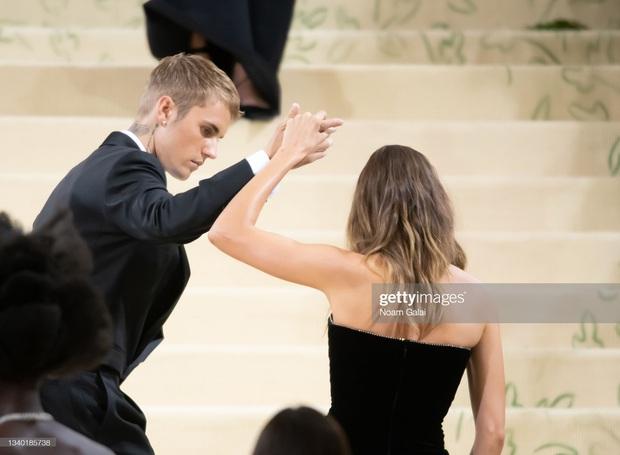 Clip tranh cãi nảy lửa: Vợ chồng Justin Bieber vừa đến Met Gala, fan liền hô vang Selena, bảo sao nam ca sĩ biểu cảm thế này cả buổi - Ảnh 14.