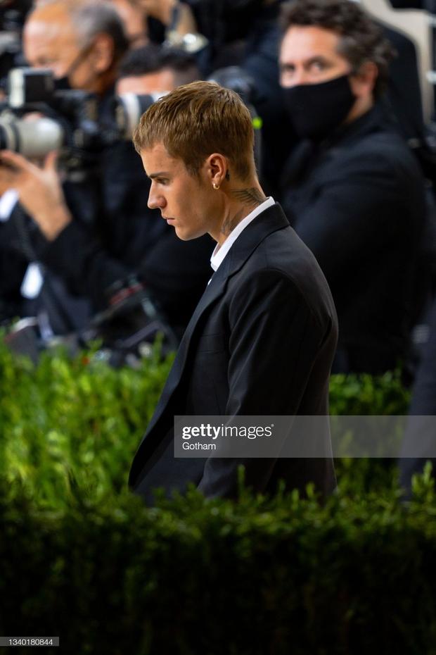 Clip tranh cãi nảy lửa: Vợ chồng Justin Bieber vừa đến Met Gala, fan liền hô vang Selena, bảo sao nam ca sĩ biểu cảm thế này cả buổi - Ảnh 10.