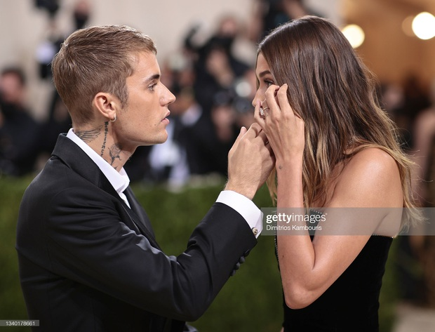 Clip tranh cãi nảy lửa: Vợ chồng Justin Bieber vừa đến Met Gala, fan liền hô vang Selena, bảo sao nam ca sĩ biểu cảm thế này cả buổi - Ảnh 7.