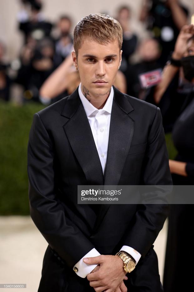 Clip tranh cãi nảy lửa: Vợ chồng Justin Bieber vừa đến Met Gala, fan liền hô vang Selena, bảo sao nam ca sĩ biểu cảm thế này cả buổi - Ảnh 11.