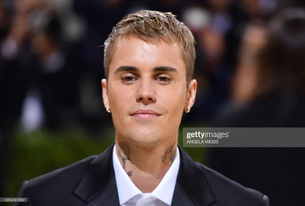 Clip tranh cãi nảy lửa: Vợ chồng Justin Bieber vừa đến Met Gala, fan liền hô vang Selena, bảo sao nam ca sĩ biểu cảm thế này cả buổi - Ảnh 13.