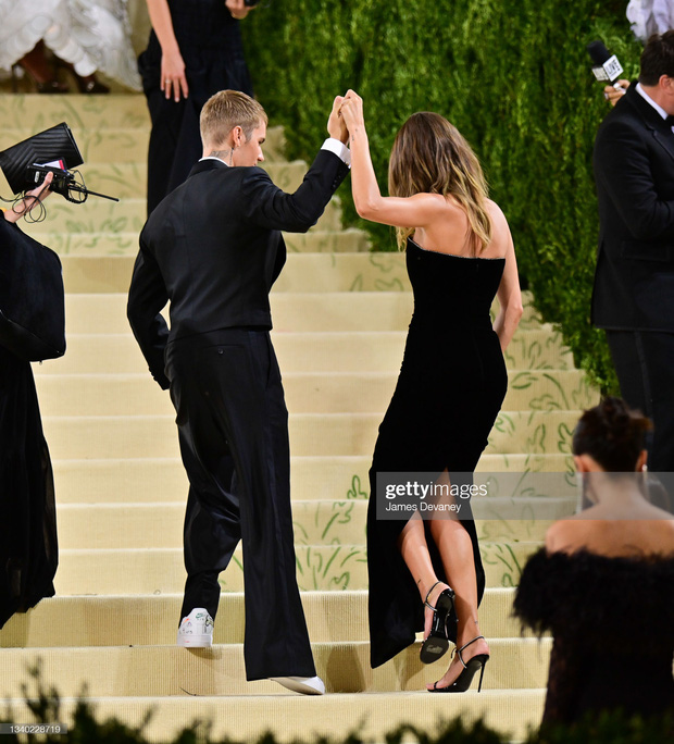 Clip tranh cãi nảy lửa: Vợ chồng Justin Bieber vừa đến Met Gala, fan liền hô vang Selena, bảo sao nam ca sĩ biểu cảm thế này cả buổi - Ảnh 15.