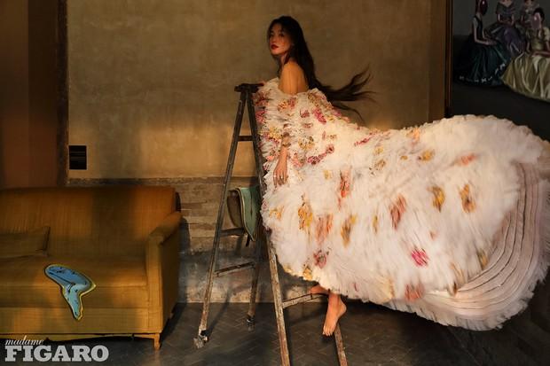 Diện tới 4/5 thiết kế Haute Couture cho lần lên bìa số Kim Cửu, mỹ nhân Cbiz này hẳn là muốn đàn em hít khói? - Ảnh 1.