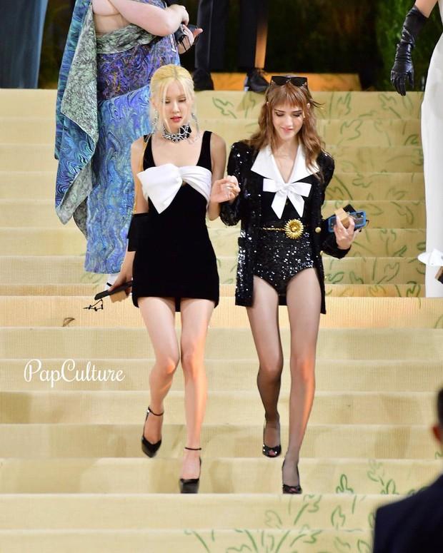 Rosé (BLACKPINK) hóa Bộ trưởng Bộ Ngoại giao ở Met Gala: Hết đọ sắc với Gigi Hadid, Olivia lại đến tíu tít với cả Rihanna - Ảnh 10.