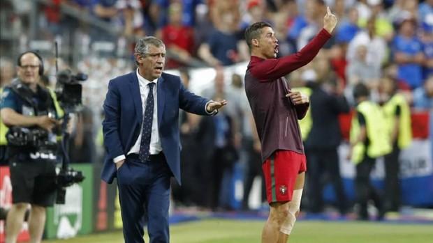 Huyền thoại MU ngứa mắt vì Ronaldo nhoi nhoi bên đường biên chỉ đạo như HLV - Ảnh 3.