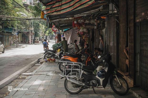 Trung thu lạ lẫm nhất của Hà Nội từ trước đến giờ: Hàng Mã lưa thưa đèn lồng, Phùng Hưng thênh thang không bóng người - Ảnh 4.