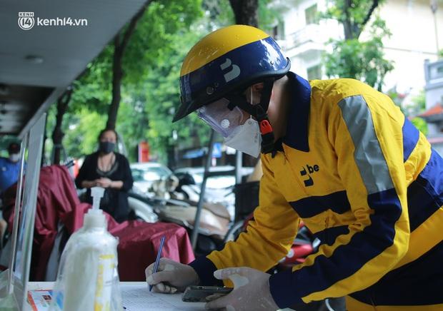 Ảnh: Một quận ở Hà Nội thí điểm đi chợ hộ cho người dân bằng xe công nghệ qua ứng dụng giao hàng - Ảnh 1.