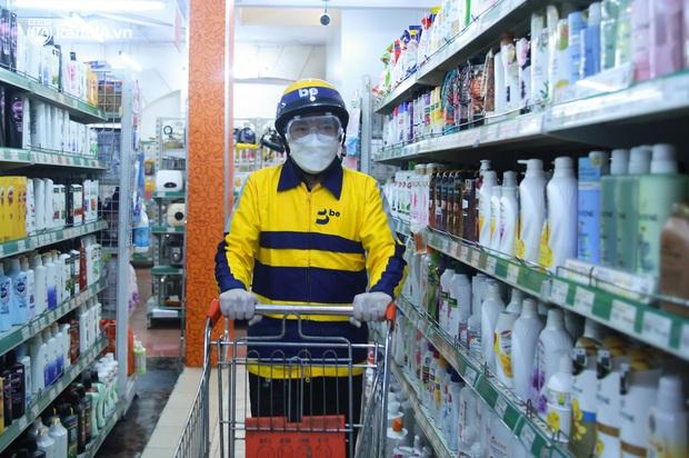 Ảnh: Một quận ở Hà Nội thí điểm đi chợ hộ cho người dân bằng xe công nghệ qua ứng dụng giao hàng - Ảnh 4.