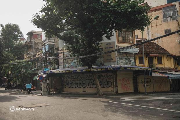 Trung thu lạ lẫm nhất của Hà Nội từ trước đến giờ: Hàng Mã lưa thưa đèn lồng, Phùng Hưng thênh thang không bóng người - Ảnh 14.