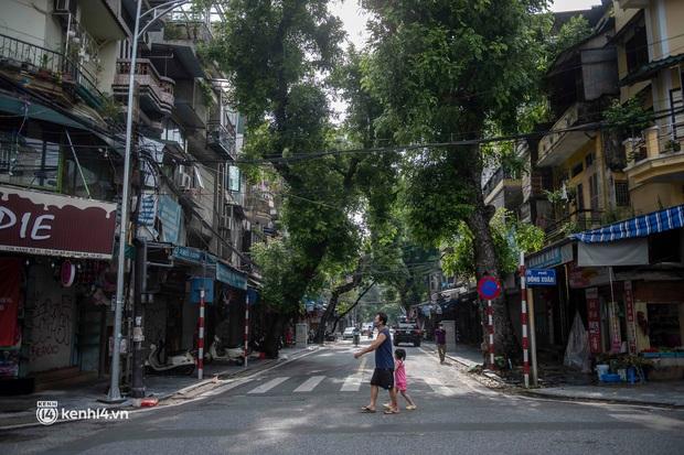 Trung thu lạ lẫm nhất của Hà Nội từ trước đến giờ: Hàng Mã lưa thưa đèn lồng, Phùng Hưng thênh thang không bóng người - Ảnh 15.
