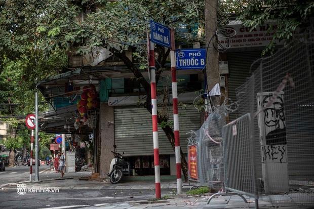 Trung thu lạ lẫm nhất của Hà Nội từ trước đến giờ: Hàng Mã lưa thưa đèn lồng, Phùng Hưng thênh thang không bóng người - Ảnh 16.