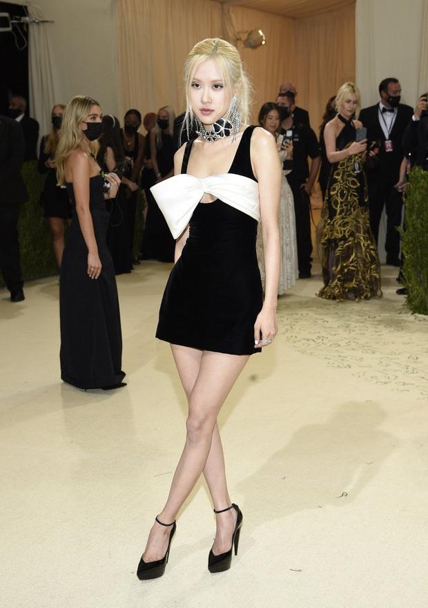 Tóm gọn Rosé (BLACKPINK) vi vu New York: Xinh như tiểu thư tài phiệt nhưng nhìn đôi chân thực tế mà phát hoảng - Ảnh 6.