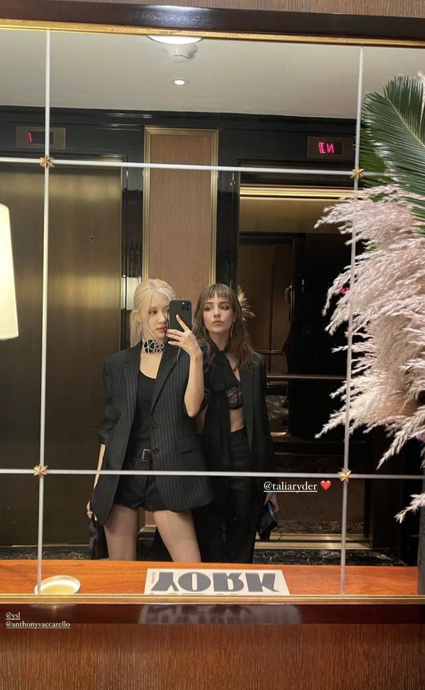 Rosé (BLACKPINK) hóa Bộ trưởng Bộ Ngoại giao ở Met Gala: Hết đọ sắc với Gigi Hadid, Olivia lại đến tíu tít với cả Rihanna - Ảnh 9.