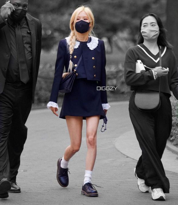 Tóm gọn Rosé (BLACKPINK) vi vu New York: Xinh như tiểu thư tài phiệt nhưng nhìn đôi chân thực tế mà phát hoảng - Ảnh 2.
