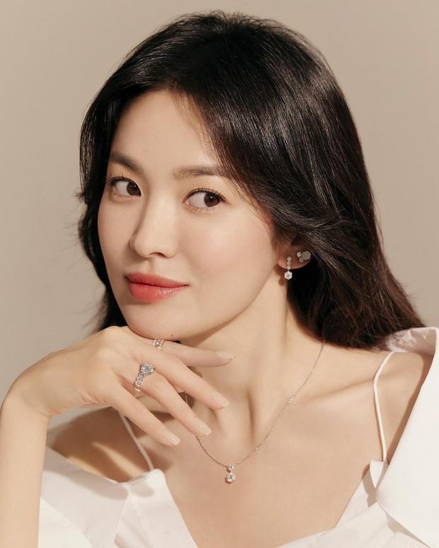 Song Hye Kyo tung ảnh quảng cáo trang sức, netizen phán ngay: Chị làm hàng hiệu lu mờ rồi! - Ảnh 2.