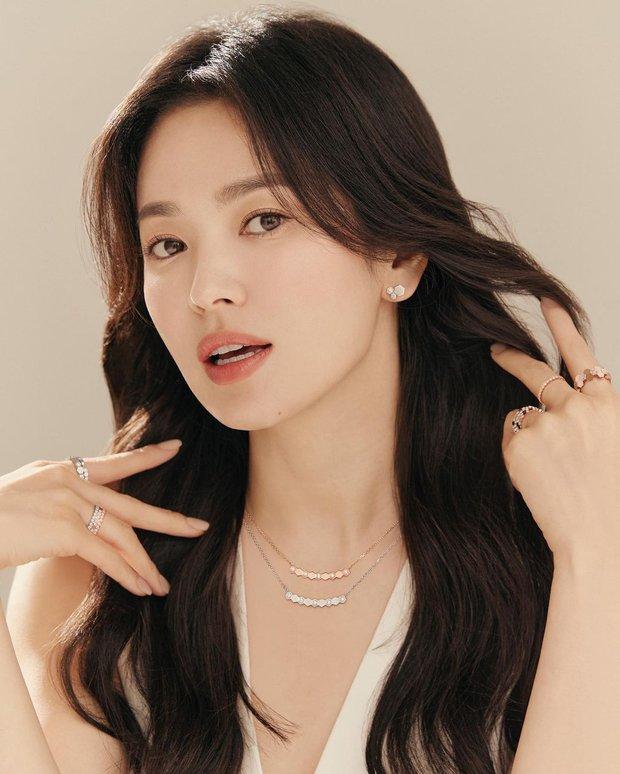 Song Hye Kyo tung ảnh quảng cáo trang sức, netizen phán ngay: Chị làm hàng hiệu lu mờ rồi! - Ảnh 6.