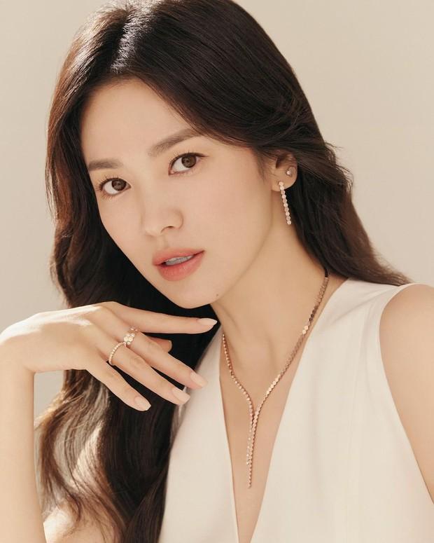 Song Hye Kyo tung ảnh quảng cáo trang sức, netizen phán ngay: Chị làm hàng hiệu lu mờ rồi! - Ảnh 3.