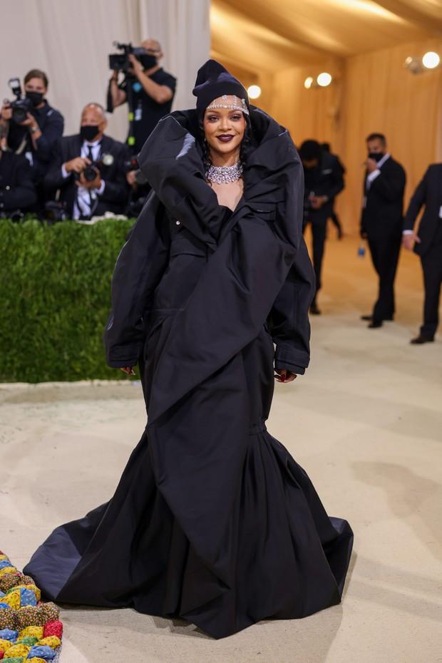 Lộ ảnh Rosé chuyện trò rôm rả với Rihanna tại MET Gala 2021, fan vừa mừng vừa lo idol bị chị tỷ phú rủ đi bán kem trộn! - Ảnh 2.