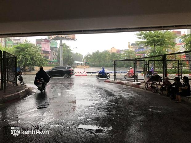 Ảnh: Người dân Hà Nội vật vã di chuyển trong cơn mưa tầm tã buổi sáng sớm - Ảnh 7.