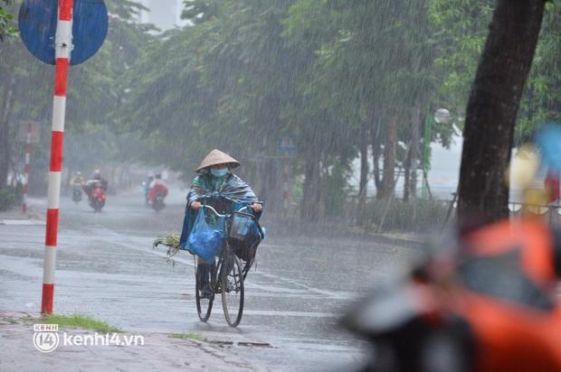 Ảnh: Người dân Hà Nội vật vã di chuyển trong cơn mưa tầm tã buổi sáng sớm - Ảnh 4.