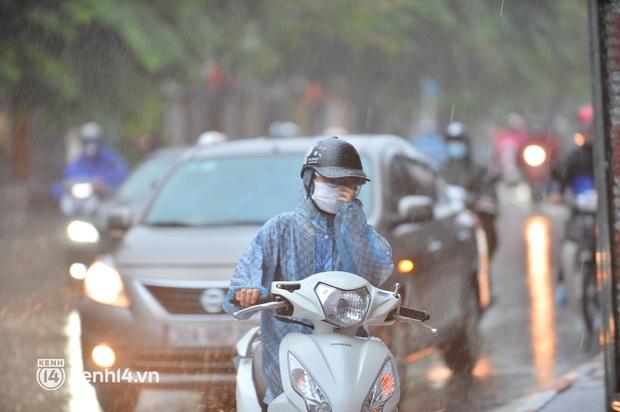 Ảnh: Người dân Hà Nội vật vã di chuyển trong cơn mưa tầm tã buổi sáng sớm - Ảnh 2.