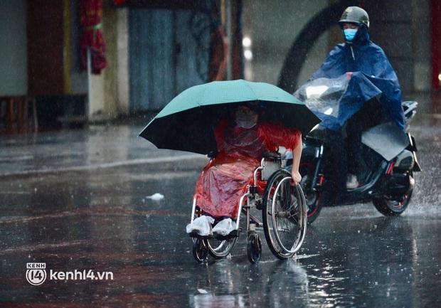 Ảnh: Người dân Hà Nội vật vã di chuyển trong cơn mưa tầm tã buổi sáng sớm - Ảnh 8.