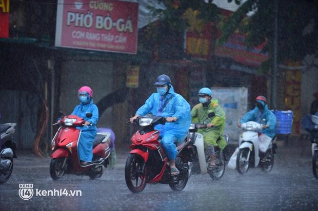 Ảnh: Người dân Hà Nội vật vã di chuyển trong cơn mưa tầm tã buổi sáng sớm - Ảnh 1.