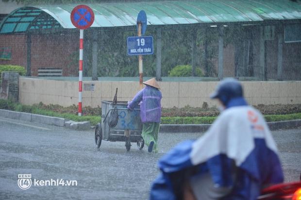 Ảnh: Người dân Hà Nội vật vã di chuyển trong cơn mưa tầm tã buổi sáng sớm - Ảnh 5.