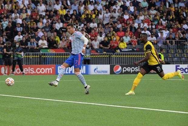 Ảnh cận cảnh: Ronaldo ghi bàn theo phong cách Đệm vương, công lớn nhất thuộc về pha vẩy khế hết nước chấm của đồng hương - Ảnh 1.