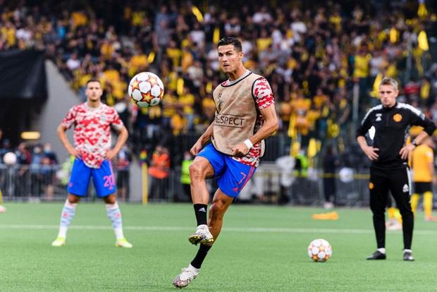 Ronaldo đá bóng trúng đầu khiến nhân viên an ninh nằm sân - Ảnh 1.