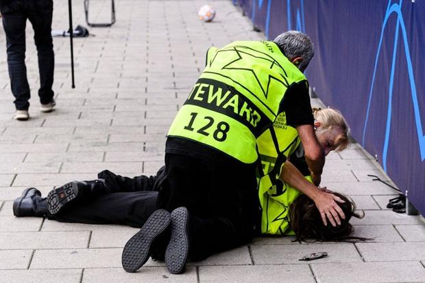Ronaldo đá bóng trúng đầu khiến nhân viên an ninh nằm sân - Ảnh 2.