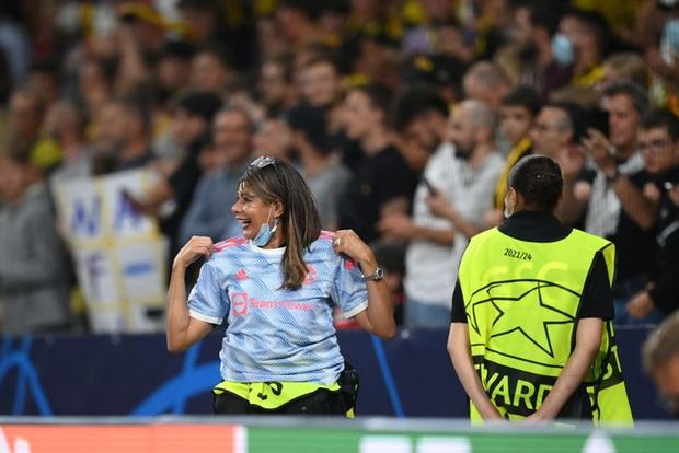 Nữ nhân viên an ninh sung sướng vì được tặng áo sau khi bị Ronaldo đá bóng trúng đầu - Ảnh 2.