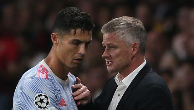 Fan chê HLV Man Utd lố bịch khi thay Ronaldo bằng nghệ sĩ hài chuyền cho đối thủ ghi bàn - Ảnh 1.