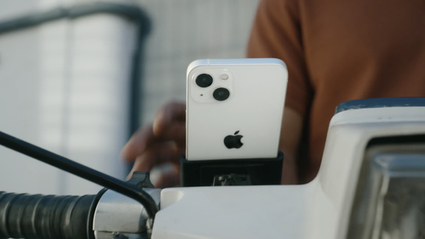 Apple quay xe: Hôm trước vừa khuyến cáo người dùng không nên gắn iPhone lên xe máy, hôm sau đã tung quảng cáo iPhone 13... được gắn lên xe máy - Ảnh 2.