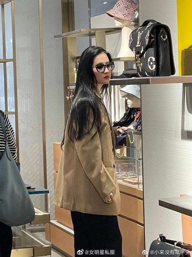 Đẳng cấp nữ thần Cbiz: 1 mỹ nhân dạo phố shopping sương sương mà lên top Weibo, khí chất và làn da bật tông gây sốt - Ảnh 3.