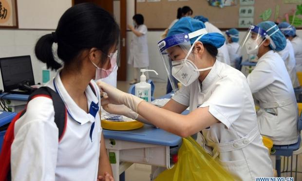 Trung Quốc hoàn thành tiêm vaccine Covid-19 cho 91% học sinh từ 12-17 tuổi - Ảnh 1.