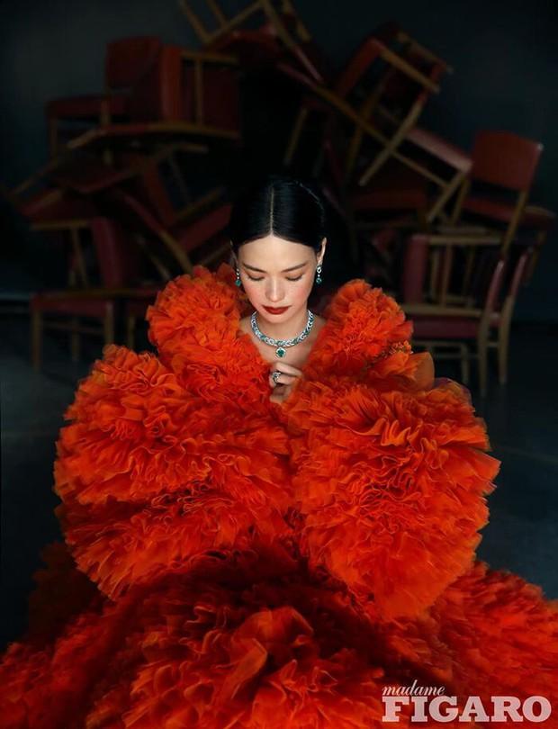Diện tới 4/5 thiết kế Haute Couture cho lần lên bìa số Kim Cửu, mỹ nhân Cbiz này hẳn là muốn đàn em hít khói? - Ảnh 4.