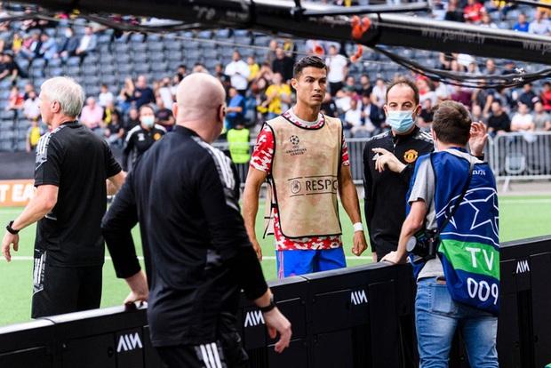 Ronaldo đá bóng trúng đầu khiến nhân viên an ninh nằm sân - Ảnh 3.