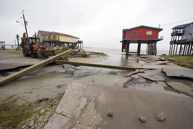 Mỹ: Bão Nicholas tấn công vùng duyên hải vịnh Mexico, mưa như trút nước gây ngập lụt, mất điện - Ảnh 3.